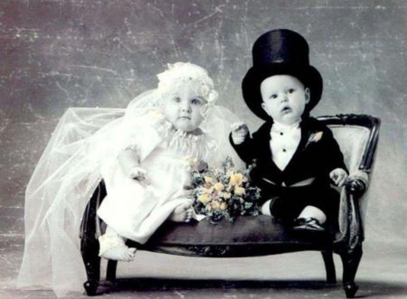 due bimbi piccolissimi vestiti con abiti da matrimonio